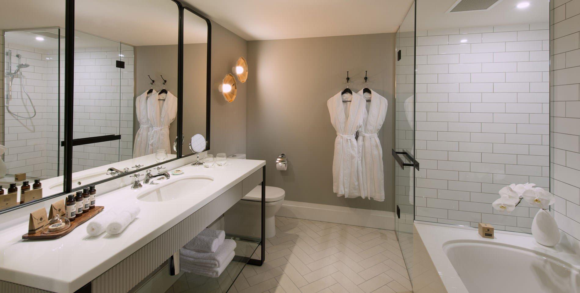 banheiro hotel prego e martelo