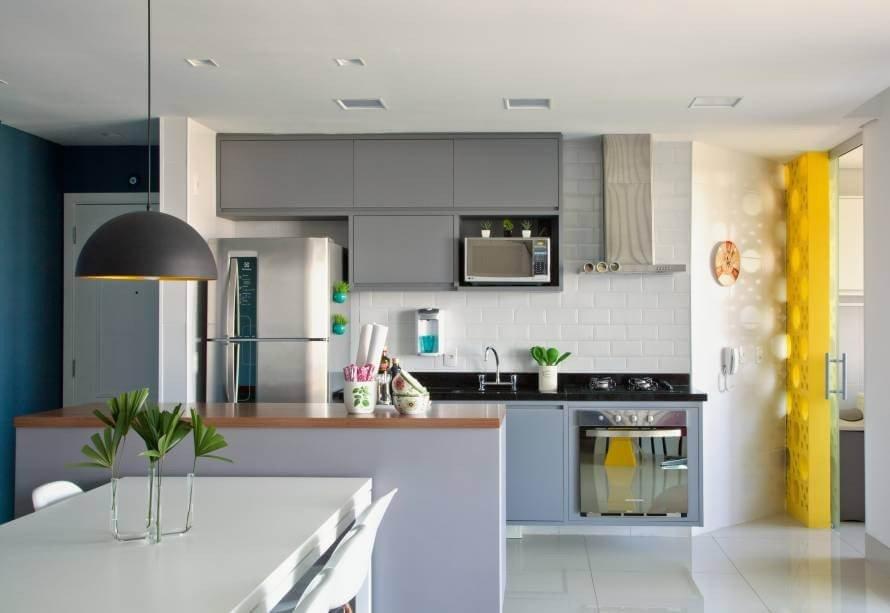 cozinha americana simples integrada com a sala prego e martelo