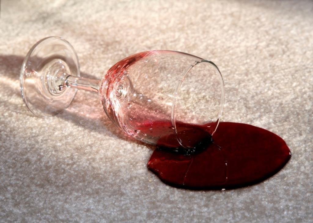 tapete na decoracao prego e martelo vinho
