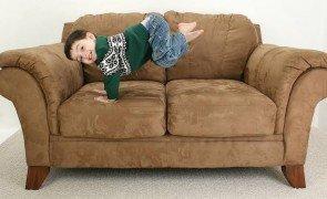 crianca sofa prego e martelo