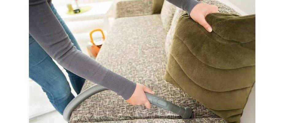 Aprenda a limpar, cuidar e proteger o sofá da sua casa com algumas dicas rápidas