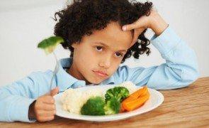 crianca comendo prego e martelo