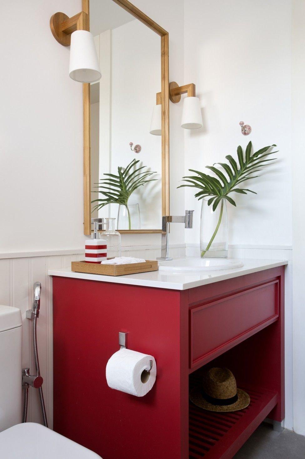banheiro vermelho prego e martelo