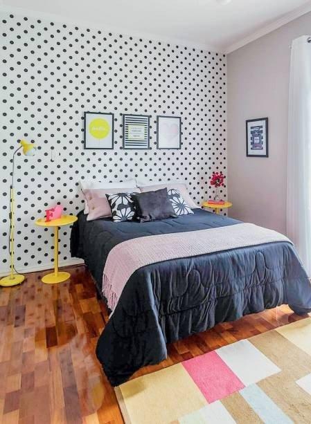 quarto de casal com parede de bolinhas