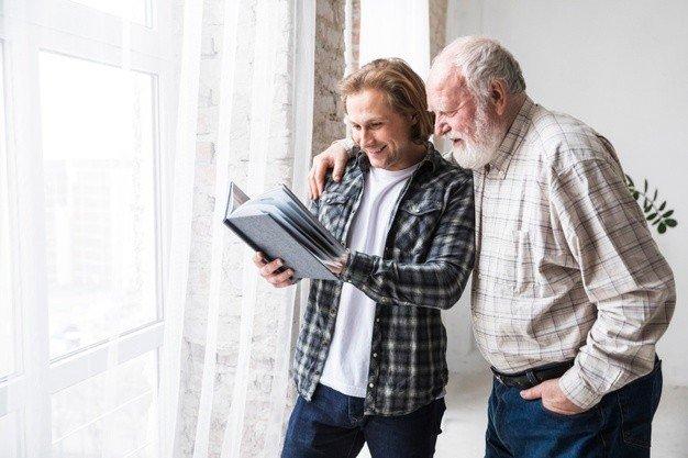 pai com filho observar album foto