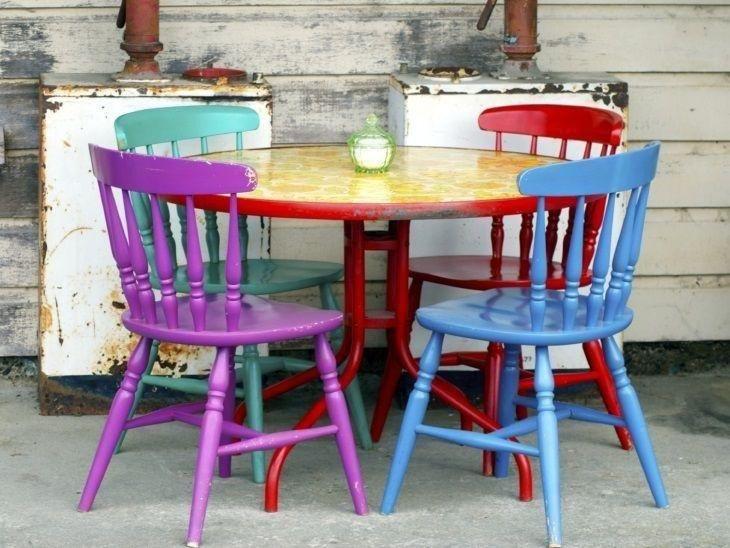 cadeiras coloridas prego e martelo