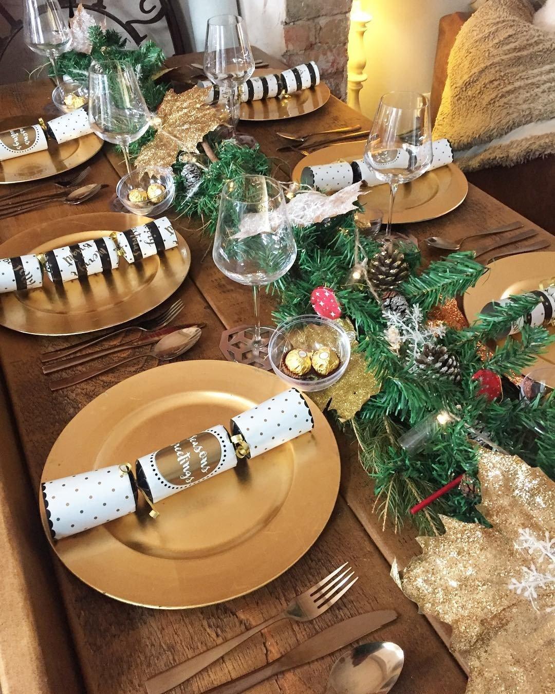 mesa de natal dourada prego e martelo