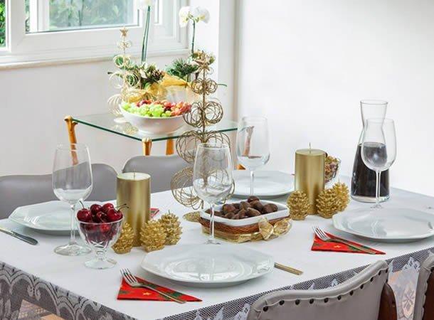 mesa ano com velas prego e martelo