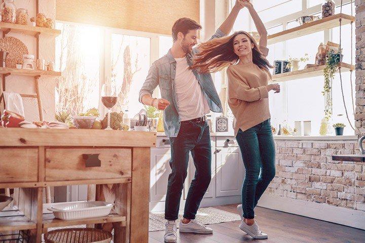 casal decorando romance prego e martelo