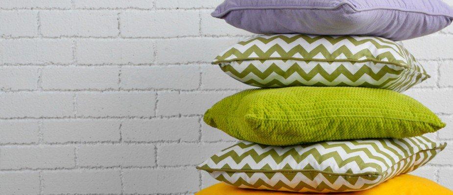 Além do sofá: dicas para decorar os espaços da sua casa com almofadas.