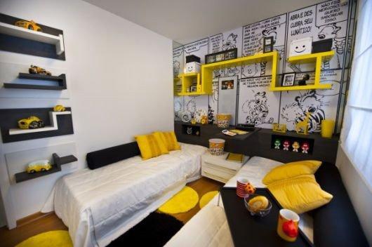 quarto infantil nicho e almofadas amarelos prego e martelo
