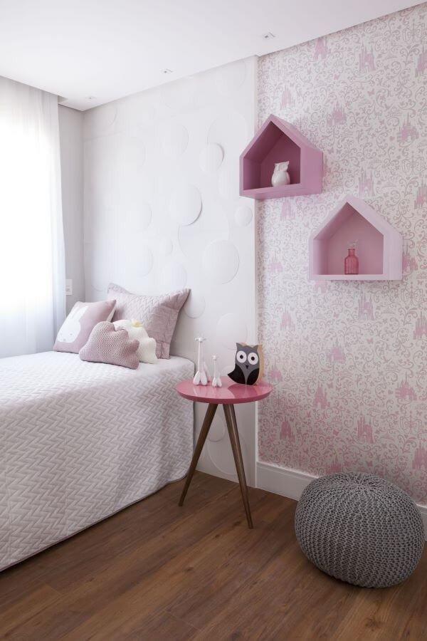 decoracao quarto rosade menina papel de parede com estampa rosa prego e martelo