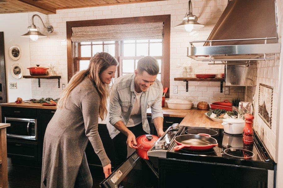 casal na cozinha prego e martelo