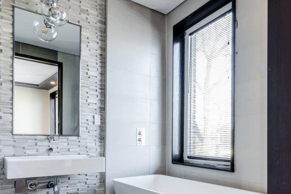 banheiro prego e martelo janela