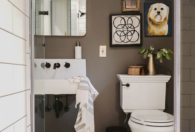 banheiro quadro prego e martelo