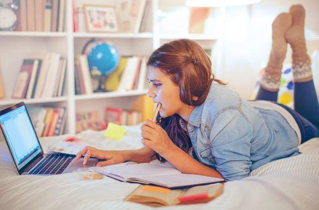 adolescente estudando no quarto prego e martelo