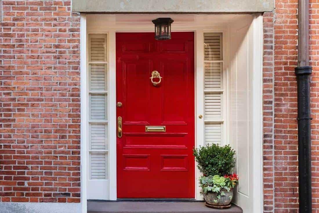 porta vermelha prego e martelo feng shui
