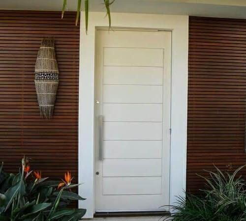 porta de madeira branca prego e martelo